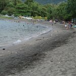 La plage du Taman Sari remplie de déchets