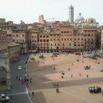 Uno scorcio di Piazza del Campo con Palazzo d'Elci e Costarella dei Barbieri