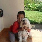 Le fils de la maison avec son petit chien