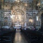 церковь внутри, резные деревянные украшения
