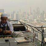 Завтрак на крыше. на открытом воздухе готовят