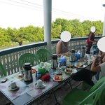 la terrasse et le petit dejeuner