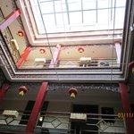 Внутреннее убранство в отеле. Вид на этажи с центральной части отеля.