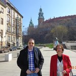 ao lado do Hotel Sheraton, e o Castelo de Wawel, ao fundo