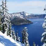 Crater Lake mit erstem Schnee im September