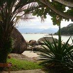 Vista de um dos recantos da frente da pousada na praia principal