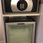 金庫と冷蔵庫。ごく普通の設備。
