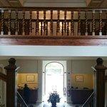 Fotografía desde la escalera principal, enfocando la entrada al hotel