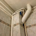 des tuyaux rouilles dans la salle de bains