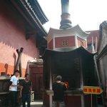 廟の中庭にお札を焼く炉が有る