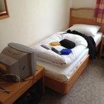 Bett und kleiner Röhrenfernseher