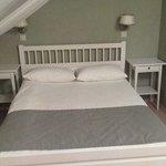 Двуспальная кровать в мансардном номере