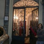 Porta de entrada do predio que fica o Hotel