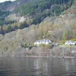 Lodge vom Schiff aus fotografiert
