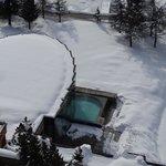Вид с окна номера на бассейн под открытым небом и спа