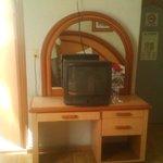 La tv. es bastante vieja y anticuada.