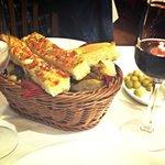Pan de la casa, olivas y vino