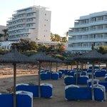 Hotel links und Residenz rechts direkt am Meer