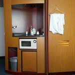 Hotelzimmer mit Wasserkocher, Mikrowelle und Minikühlschrank