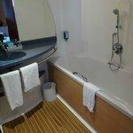 Badezimmer mit Badewann und Dusche