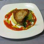 Steak d'espadon au coulis de poivron rouge parfumé au lait de coco sur gâteau de polenta