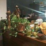 Le bar de l'étage: fouillis et hors sujet décoratif...