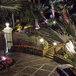 Vue de la cour de l'hôtel de nuit