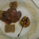 carpaccio di carne e soufflè di patate