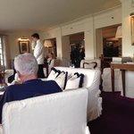 Lounge do hotel com a recepção e a entrada lá atrás