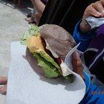 タロイモバンズのハンバーガーでおなか一杯。