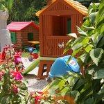 nel giardino il parco giochi per i più piccoli