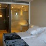 Vista de habitación y cuarto de baño translúcido