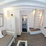 房間一樓 有衣櫃 沙發 浴室 電視 流理台