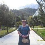 аллея сбоку отеля с потрясающим видом на горы