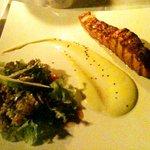 Saumon mariné grillé avec salade et sauce au wasabi
