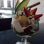Copas de helados con Macedonia de frutas