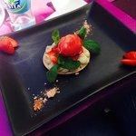 Macaron fraises et son sorbet, crème légère à la menthe
