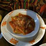 Ravioli de ricota com espinafre ao molho sugo