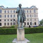 estátua na frente do Rudolfinum do compositor A Dvorak