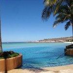 Alberca infinita en club de playa en hotel Costa Baja