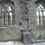 Ennis Friary. All'interno una bella statua su pietra calcarea di S.Francesco.