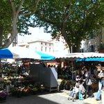 Grosser Markt jeden Donnerstag Vormittag; nicht verpassen! Von Kleidern, Schuhe über Fleisch & K