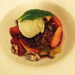 Dessert à la rhubarbe et fraises