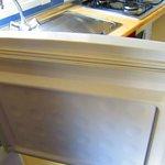 Porte du réfrigérateur d'une saleté repoussante