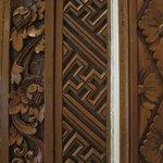 Zimmertür, nicht erschrecken, ist in Bali ein Friedenszeichen :-)