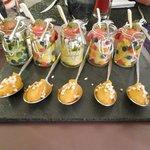 Amuse-bouche, guacamole, brochette tomate-cerise / feta / poivron
