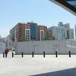 Vue de la station de métro : passerelle aérienne à prendre pour traverser la rue