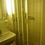 la douche de la salle de bains