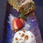 Brownie de te verde con helado de sesamo