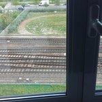 Uitzicht op de drukke spoorlijn